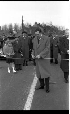 Inhuldiging Centrumbrug,Vice president knipt lint, Ingelmunster 1957