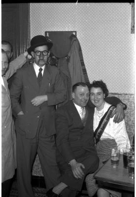 Café 'Sportvriend': kampioene Jenny van 'De Ware Kaarters' poseert, Izegem 1957