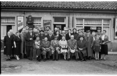 Café 'De Krekel': groepsfoto, Izegem 1957