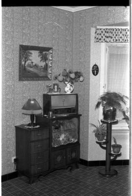 Interieur van woonhuis: kast met radio, Izegem 1957