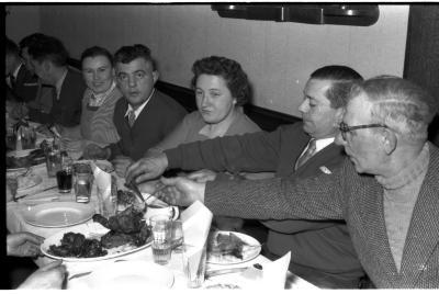 Kampioenviering boogschutters café 'Stad Kortrijk': kampioen aan tafel, Izegem 1957