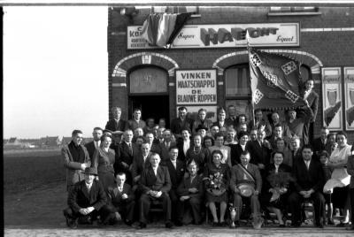 Kampioenviering kaartclub café 'De Koekoek': groepsfoto 'manillers', Izegem 1957