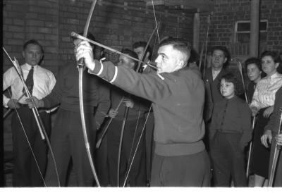 Kampioenviering boogschutters café 'Stad Kortrijk': mannelijke schutters, Izegem 1957