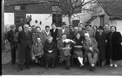 Café 'Tango' sluit: groepsfoto, Izegem 1957