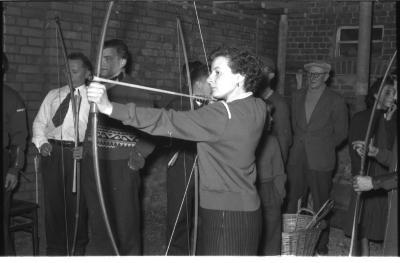 Kampioenviering boogschutters café 'Stad Kortrijk': cafébazin als schutter, Izegem 1957