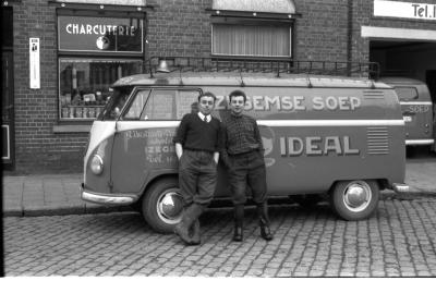 Izegems soephuis 'Soep Ideal': Gaston en Roger voor soepwagen, Izegem 1958