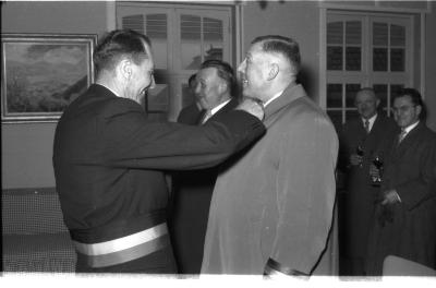 Huldiging gedecoreerden: burgemeester decoreert de eerste man, Kachtem 1958