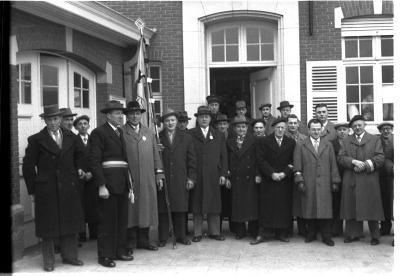 Huldiging gedecoreerden: burgemeester poseert met feestcomité, Kachtem 1958