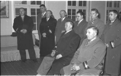 Huldiging gedecoreerden: 2 gedecoreerden met feestcomité, Kachtem 1958