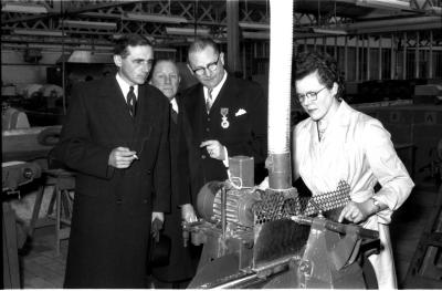 Huldiging Saelen: gouverneur in fabriek, Kachtem 1958