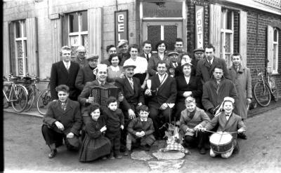Café 'De Kruisstraat': kampioenviering, Rollegem-Kapelle 1959