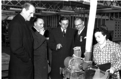 Huldiging Saelen: notabelen in fabriek, Kachtem 1958