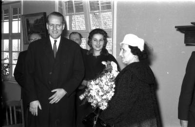 Huldiging Saelen: afgevaardigde van kabinet met mevr. Saelen, Kachtem 1958