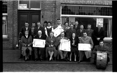 Huldiging kampioenen duivenmelkers 'Het Nieuw Gemeentehuis': groepsfoto, Kachtem 1958