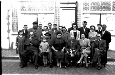 Café 'De Ijzerweg': groepsfoto, Izegem 1958