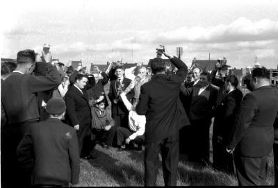 Handboogschutters staande wip Izegem vieren koning, Izegem, 1958