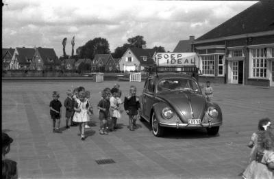 Soepbedeling kinderen op school, Izegem, 1958