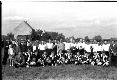 Groepsfoto van 2 ploegen voetbalspelers, Izegem 1958