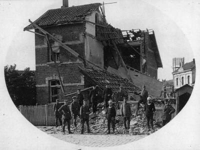 Foto gebombardeerde rechterhelft woning