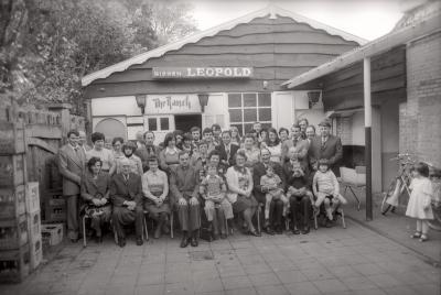 Groepsfoto familie Cauwelier, zaal 'The Ranch', Moorslede september 1977